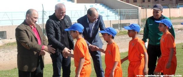 ناصر لاركيت رفقة أطر و صفار مدرسة امل تيزنيت لكرة القدم 2015-02-22 (2)