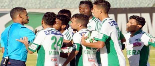 لاعبو الرجاء البيضاوي يحتجون على الحكم النوني
